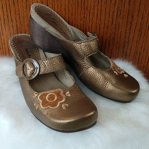 Bare Traps leather clogs. Size 8